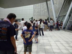 開館前から入館を待つ人々
