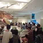 動く恐竜を見る人。恐竜たちもいつもより多く動いておりました。